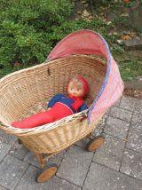 Berceau de poupée sur roulettes en osier