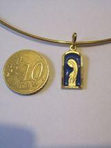 collier +petite médaille dorée vierge sur fond bleu
