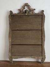 Miroir doré fin 19ème avec fronton décoré. 96x60.