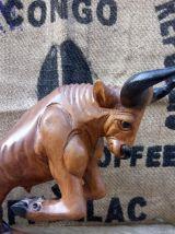 Taureau en bois sculpté