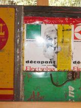 Tableau composé de boîtes publicitaires anciennes.