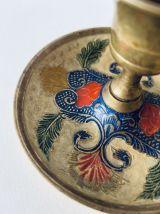 Bougeoir ancien en laiton doré avec décor coloré