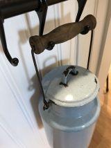 Ancien pot à lait émaillé bleu ciel