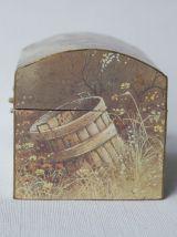 Boîte à bijoux de style malle décorée. Boite vintage.