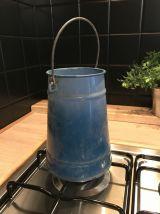 Pot à lait en métal émaillé bleu turquoise