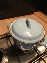 Petite cocotte en métal émaillé de couleur bleu clair