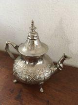 Grande théière marocaine traditionnelle.