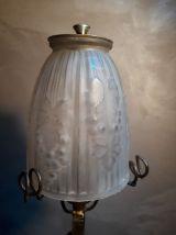 lampe fer forgé  noir avec patine or avec tulipe moulé  1920