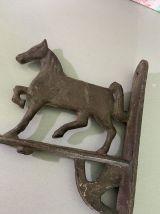 Socle en fonte décor cheval