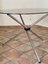 Table ronde tripode. Acier et verre. 1970