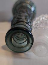 carafe en verre gris bleu avec bouchon ciselé transparent