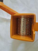 Ancienne râpe à fromage MOULI GRATER en plastique orange