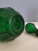 carafe verte ancienne élégante avec lignes nervurées
