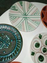 8 assiettes en terre cuite peintes à la main D19