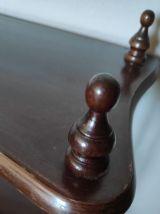 étagère en bois tourné marron