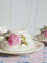 Ancien ensemble à café-thé.  En porcelaine à motif floral,