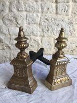 Paire de chenets anciens de style Louis xvi en laiton et fer