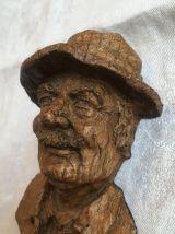 sculpture en bois représentant un homme