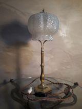 grande lampe laiton    et son verre   moulé  en forme de cl