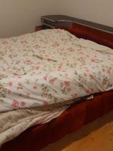Chambre avec lit vintage années 70 radio et lumières muticol