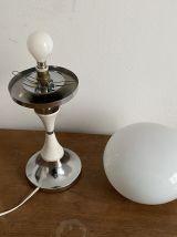 Lampe champignon. 1970. Acier chromé et opaline.