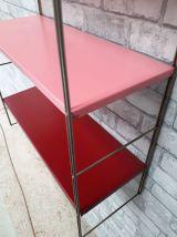 etagere string  montants doré  plateaux rouge bordeau et ros