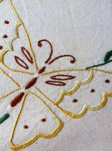 Drap en lin brodé papillons, literie vintage, décor chambre.