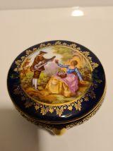 Boîte tripode en Porcelaine bleue scène galante