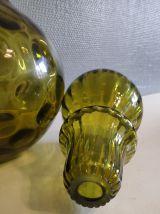 carafe verte en verre avec bouchon rond nervuré