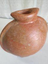 Vase de forme organique en terre cuite.
