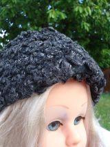 Chapeau calot noir en laine bouclée année 1953