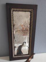 miroir long en bois marron et décor à feuilles dorées