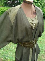 Robe verte satin épaules col V manches évasées ceinture éla