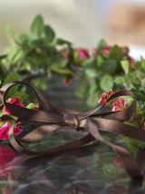 Couronne de fleurs roses et feuillage