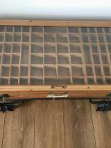 Table basse valise style industri en bois et verre sur roues