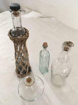 4 bouteilles ou flacons différents.