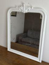 Grand miroir fin 19ème avec fronton décoré. 115x88.