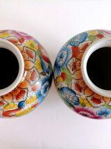 Paire de vases en porcelaine blanche décor Fleurs peint