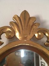 Miroir ovale baroque en bois doré.