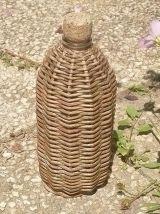 bouteille  recouverte  d'osier , vintage