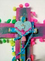 Crucifix mural kitsch et coloré avec chapelet