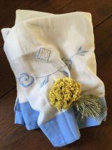 Drap blanc à la bordure bleue lavande.