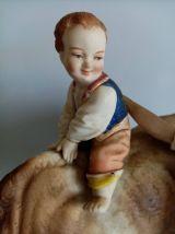 Statue ancienne, porcelaine, vache à l'enfant