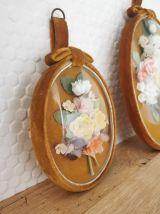 Trio de cadre en verre bombé et fleurs en tissu