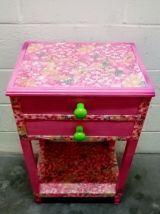 Table de chevet vintage upcyclée en rose
