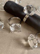 Ronds de serviette baroques et décoration de table diamants.