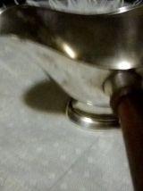 saucière en métal argenté avec un manche en bois année 1950