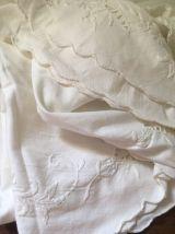 Nappe ronde ancienne en coton blanc brodé.