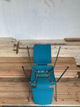 Deux chaises bleues, bois et inox