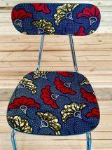 Quatre chaises en Formica recouvertes de tissu